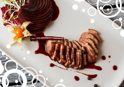 Ente mit Balsamicosoße und Roter Beete auf einem Teller